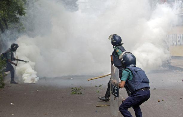 Poliisi kieltää käyttäneensä kyynelkaasua ja kumiluoteja mielenosoittajia vastaan, mutta esimerkiksi sairaalahenkilökunta puhuu toista sen perusteella, millaisia vammoja loukkaantuneilla mielenosoittajilla on.