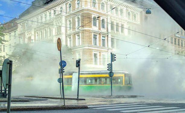 Höyryä on ollut runsaasti ainakin Mannerheimintien ja Bulevardin risteyksessä, josta kuva on otettu.
