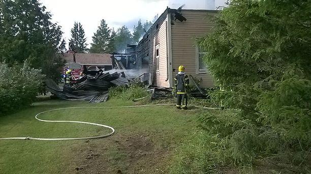 Juhannuksen suurin poliisioperaatio tapahtui lauantaina Huittisissa, jossa useita aseita hallussaan pitänyt ja niillä ammuskellut 47-vuotias mies linnoittautui kotiinsa. Autolla humalassa paennut mies sytytti kotinsa tuleen ennen pakoaan.
