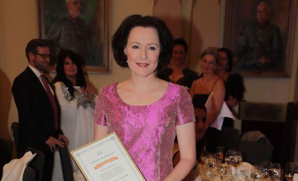 Jenni Haukio vastaanotti Kiitos eläimiltä -palkinnon perjantaina.