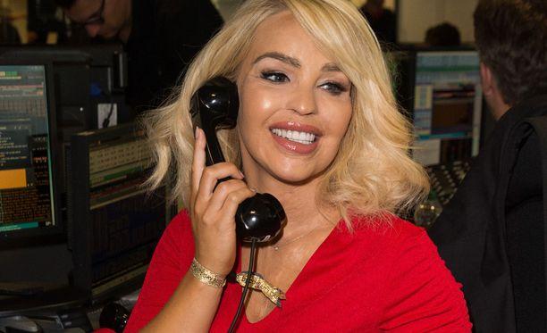 Katie Piper kuvattiin aiemmin tänä vuonna vastailemassa puhelimeen hyväntekeväisyystapahtumassa.