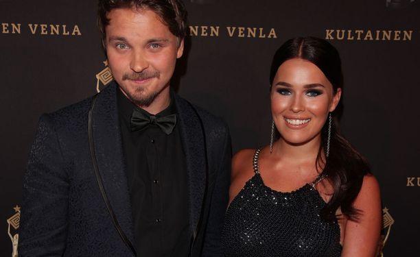 Kuvassa Sara poikaystävänsä Roope Salmisen kanssa toukokuussa Venla-gaalassa.