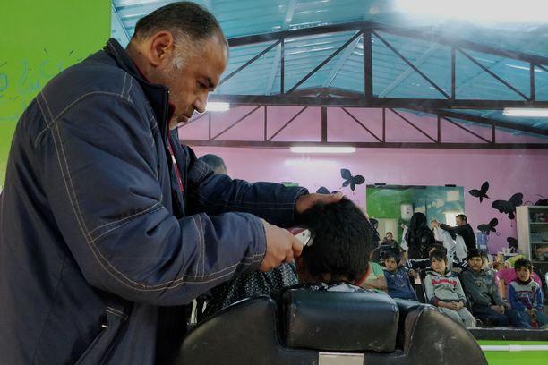 Azraqissa järjestetään pakolaisleirin asukkaille koulutusta. Esimerkiksi parturin taitoja opetetaan niin aikuisille kuin lapsillekin.