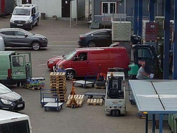 Suomalaiset pakettiautoilijat lastasivat alkoholia Tallinnan matkustajasatamassa kesäkuussa 2017.