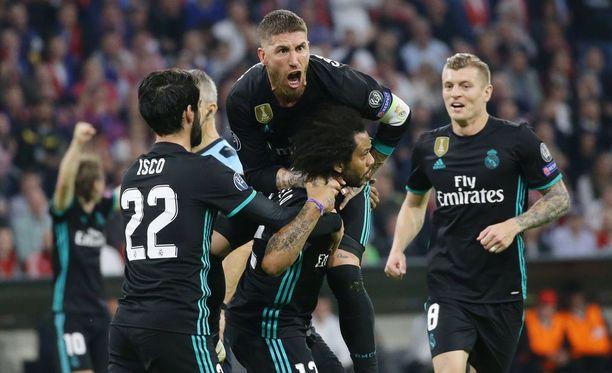 Kapteeni Sergio Ramos hyppäsi maalintekijä Marcelon niskaan.
