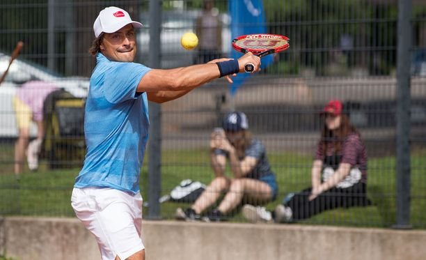Teemu Selänne on voittanut kaikki neljä virallista tenniksen kaksinpeliotteluaan.