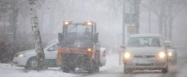 Berliinissä autot puskivat perjantaina eteenpäin sankassa lumipyryssä.
