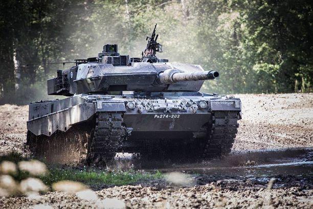 Puolustusvoimien uusi Leopard 2A6 -taistelupanssarivaunu on vaikuttava ilmestys.
