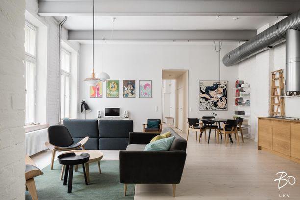 Helsingin Eirassa sijaitseva asunnosta löytyvät kaikki klassiset loft-asunnon piirteet. Suuri yhteinen tila on jaettu kolmeen kokonaisuuteen: television eteen on koottu löhönurkkaus, vieraiden ja perheen kanssa vietettävää aikaa varten on oma sohvaryhmänsä ja lähimpänä avokeittiötä sijaitsee ruokailuryhmä.