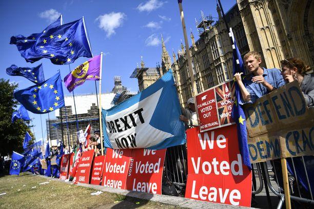 EU-eroa ja EU:hun jäämistä kannattavien mielenosoittajien ryhmät kokoontuivat parlamentin luona.
