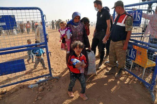 Syyrialaispakolaiset sijoitetaan Turkissa väliaikaisiin leireihin. Kaikesta on nyt pulaa.