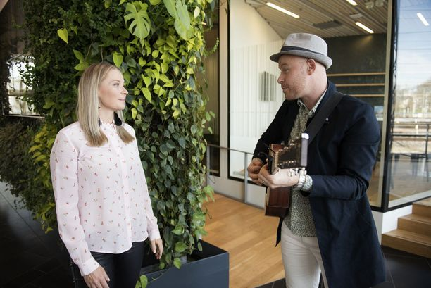 Monika-vaimo on Darren McStaylle laulujen inspiraatio. Musikaalinen pari esiintyy myös yhdessä perhejuhlissa.