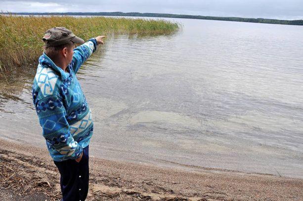 – Tässä matalassa rannassa se tapahtui. Poliisi kuulusteli myös minua, kertoo poliisimiehen lapsuudenkaveri, maanviljelijä Jarmo Nykänen.