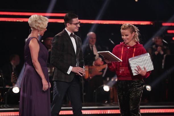 Hanna Karttunen vastaanotti palkintonsa ennen lähetyksen alkua.