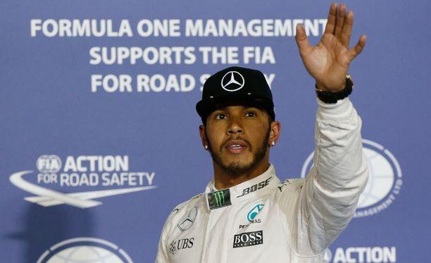 Lewis Hamilton sai pitää paalupaikkansa.