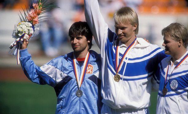Tapio Korjus (kesk.) voitti olympiakultaa 1988. Jan Zelezny (vas.) saavutti hopeaa, Seppo Räty pronssia.