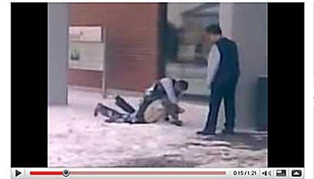 YouTube-videolla näkyy, kuinka toinen vahtimestari seuraa painiskelua vierestä.