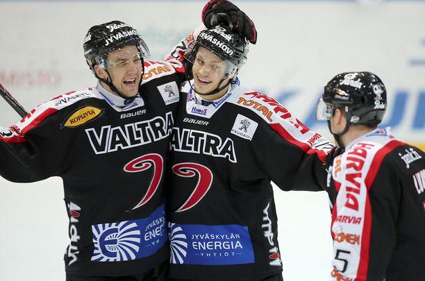 Kristian Näkyvä (keskellä) pelasi JYPissä kaudet 2011–14, minkä jälkeen hän lähti ulkomaille.