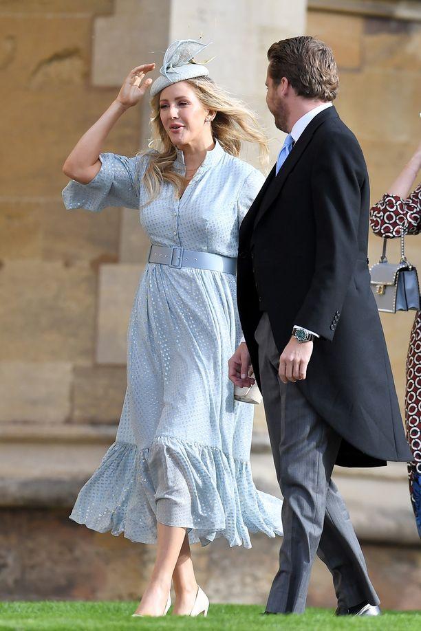 Ellie Goulding saapui häihin helmat hulmuten.