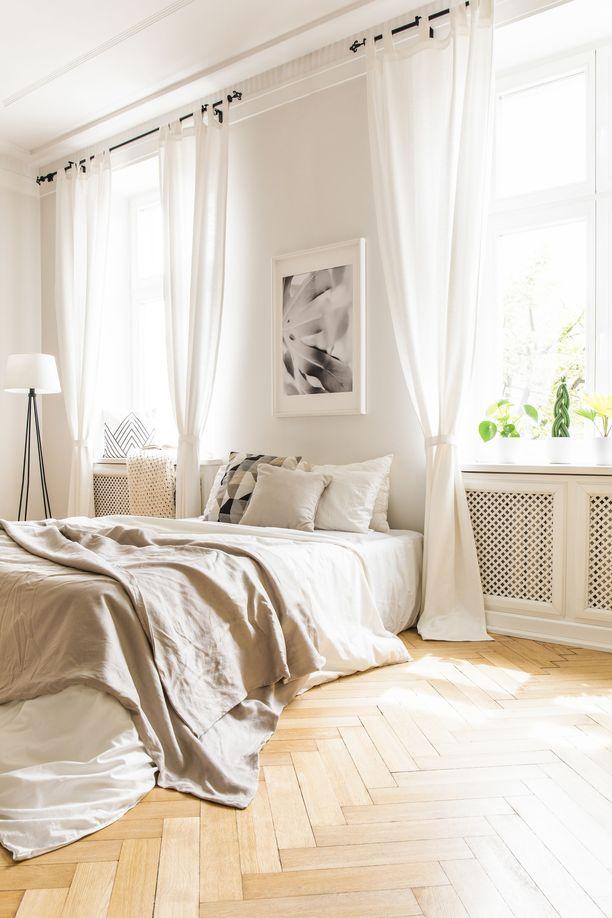 Torkkupeitot ja päiväpeitteet asetellaan sängylle rennolla otteella.