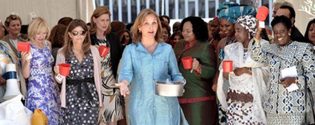 WFP:n ruokaohjelman johtaja Josette Sheeran (kesk.) ruokki afrikkalaislapsia G8-rouvien kanssa.