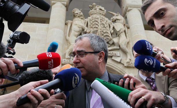Kyproksen keskuspankin johtaja Panicos Demetriades vastaili tiedotusvälineiden kysymyksiin tavattuaan maan presidentin.