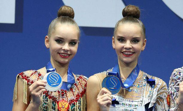 Dina Averina (oikealla) ja Arina Averina juhlivat ensin vanteen kirkkaimpia mitaleita...