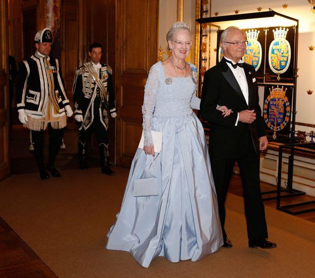 Kuningas Kaarle Kustaa saattoi illallisille Tanskan kuningatar Margareetan.
