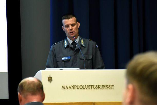 Eversti Rainer Peltoniemi puhui maanpuolustuskorkeakoululla torstaina.