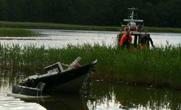 Onnettomuusvene törmäsi siltaan Jomalvikin kanavassa.