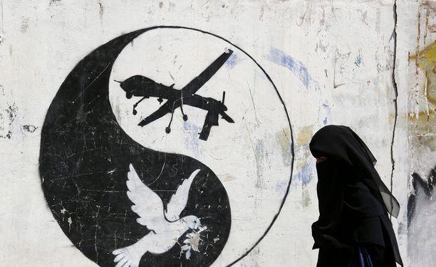 USA:n lennokki-iskuja vastustava graffiti Jemenin pääkaupungissa Sanaassa.