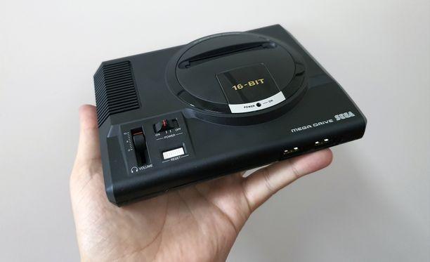 Sega Mega Drive Mini kulkee kätevästi vaikka reissussa mukana.