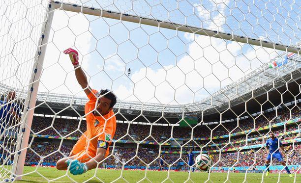 Italian maalilla Gianluigi Buffon, maalintekijänä Costa Rican Bryan Ruiz (ei kuvassa).