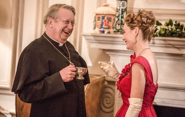 Lady Felicia järjestää joulutanssiaiset, joihin isä Brownkin tietysti mielellään osallistuu.