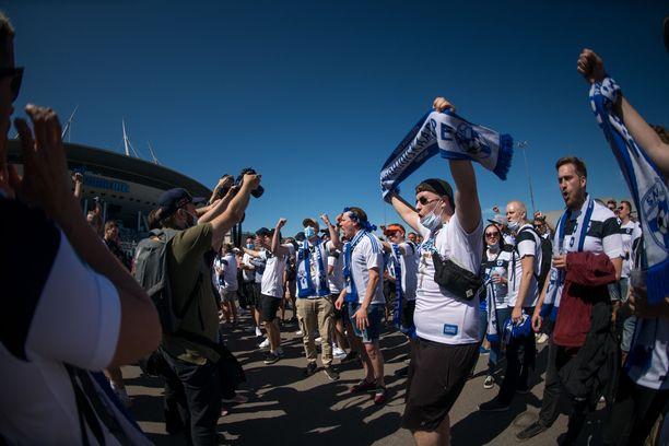 Pietariin Suomen pelejä katsomaan matkusti tuhansia Huuhkajat-faneja.