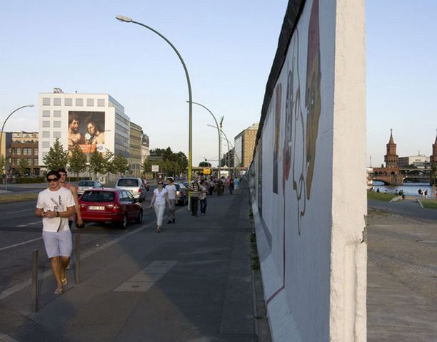 Alkuperäisen muurin osia on yhä jäljellä muistuttamassa kaupungin kahtia jaosta.