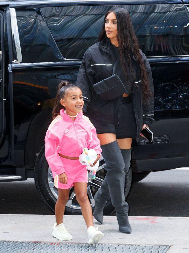 Tältä Kim Kardashian näytti ennen dramaattista hiusmuutostaan.