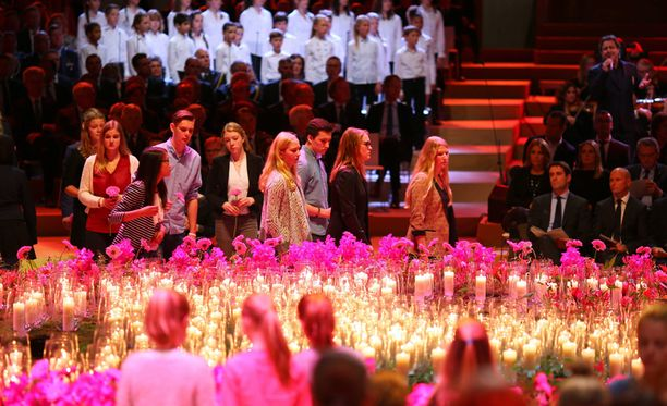 Malesialaiskoneen hollantilaisten uhrien omaiset laskivat kukkia kuolleiden muistolle.