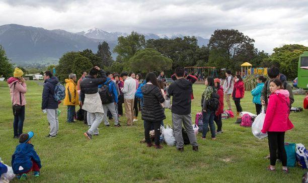 Turistit ovat kerääntyneet Kaikourassa puistoon odottamaan lisätietoa tilanteesta.