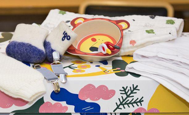 Arvonkorotustuotepakettiin kuuluu huopatöppöset, astiasetti, huopa, rukkasklipsit ja harsoja.