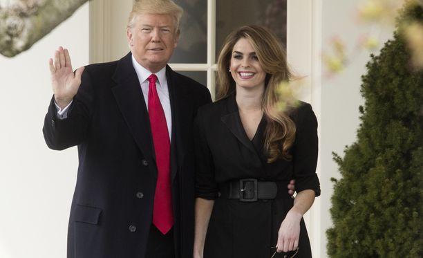 Presidentti Trump vilkutti torstaina Valkoisen talon väistyvän viestintäpäällikön kanssa hieman ennen lähtöään Ohioon suuntautuvalle työmatkalleen.
