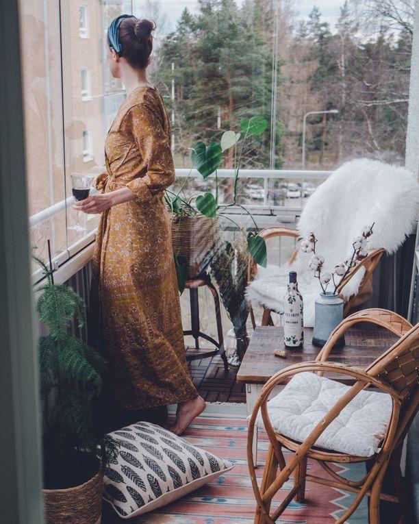 Bloggaaja Jenni Häyrisen parveke oli alun perin tavaravarastona. Hän raivasi parvekkeen ja loi tilalle kauniin keitaan, jossa voi rentoutua.