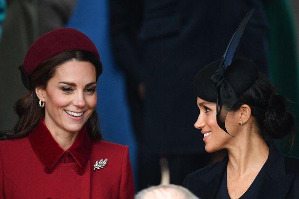 Herttuattaret Catherine ja Meghan kuvattuna joulukirkossa.