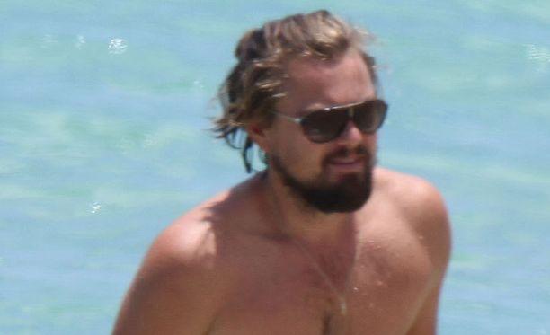 Leonardo DiCaprio on kasvattanut itselleen muhkean parran ja ponnarille yltävät hiukset.
