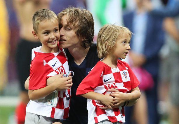 Ivano (vas) ja Ema tulivat onnittelemaan isää Tanska-voiton jälkeen.