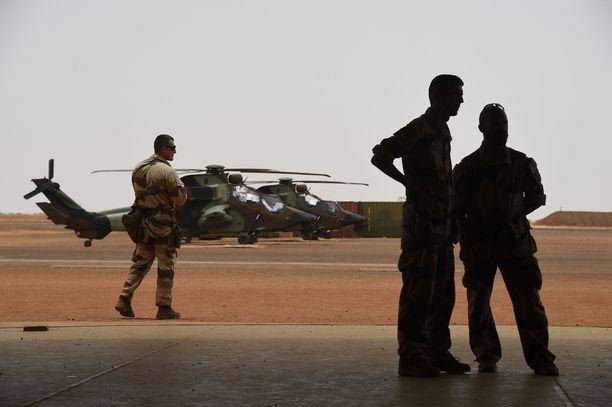 Ranskalla on noin 4 500 sotilasta Malissa kouluttamassa hallituksen joukkoja. Ranskalaiset osallistuvat myös sotilasoperaatioihin.