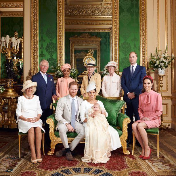 Prinssi Harryn ja herttuatar Meghanin pojan Archien yksityisissä ristiäisissä olivat mukana ainakin herttuatar Camilla, prinssi Charles, Meghanin äiti Doria Ragland, lady Jane Fellowes, lady Sarah McCorquodale, prinssi William ja herttuatar Catherine.