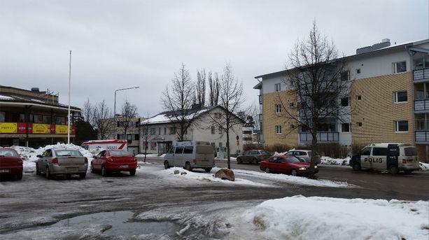 Kolme henkilöä kuoli laukaalaisessa pitseriassa sattuneessa välikohtauksesta. Pitseria on kuvassa vasemmalla (punakeltaiset teipit).