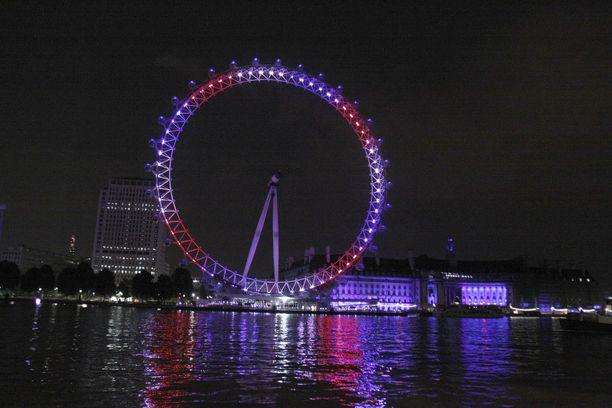 Maailmanpyörä London Eye valaistiin kuninkaallisvauvan syntymän kunniaksi.