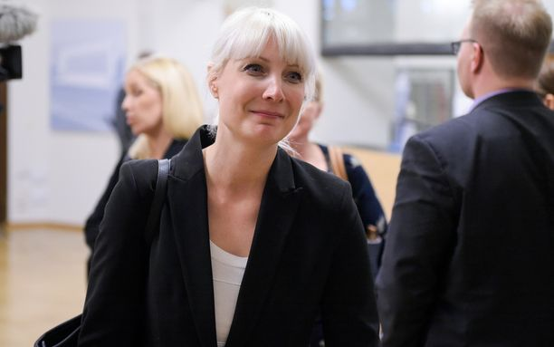 Laura Huhtasaari tuki Jussi Halla-ahoa puheenjohtajaksi.